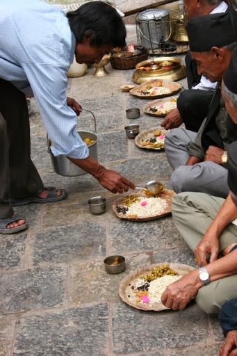 temple de Swayambunath; des fidèles cassent la croûte