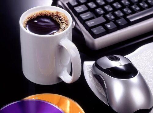 en buvant le café