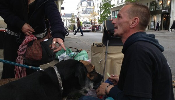Ancien SDF, il vient de créer les « Restos du coeur » pour les animaux des sans-abris