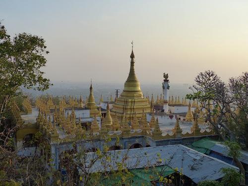 une forêt de stupas;