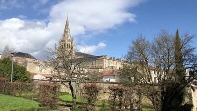 Tous les chemins mènent à vous » à Saint-Maixent l'Ecole dans les Deux  Sèvres - YouTube