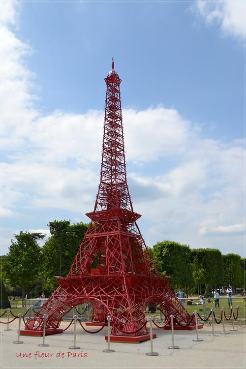 Une Tour Eiffel miniature sur le Champ-de-Mars