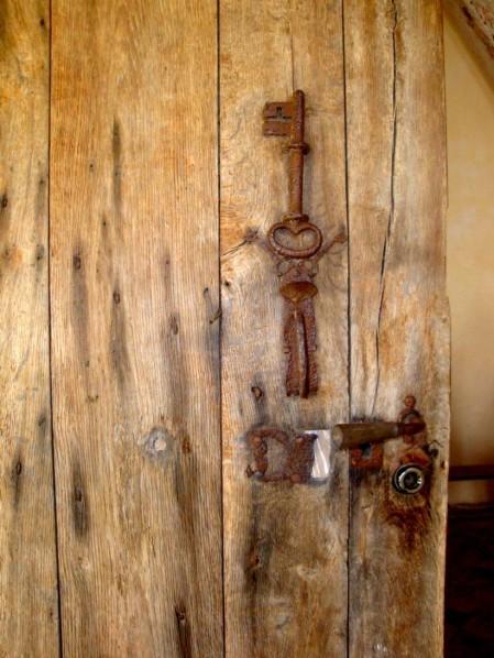 clé (de St Pierre) sur la porte d'entrée de la Chapelle
