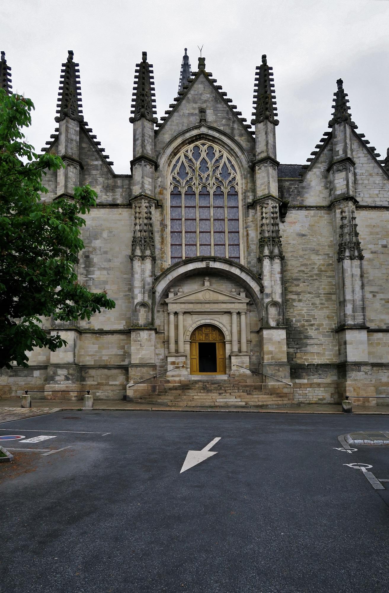 VITRÉ (2) L'Eglise : la place-parvis