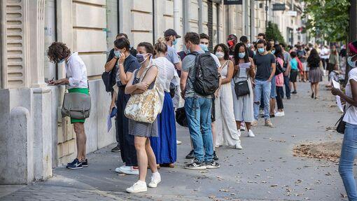 Une file d'attente devant un centre de dépistage du coronavirus SARS-CoV-2 dans le 18earrondissement de Paris.