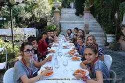 Plaisir des pâtes dans un jardin romain