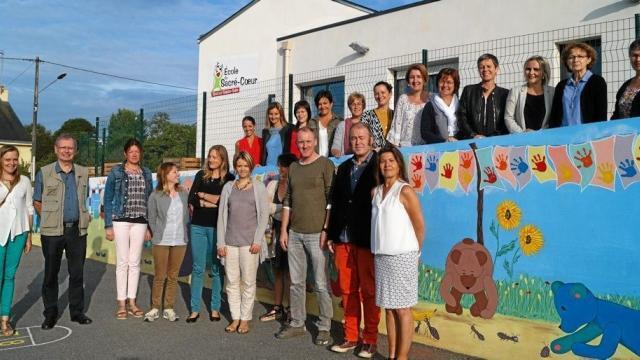 Les professeurs des écoles du réseau de La Marion se sont réunis pour travailler les animations et les projets pour cette nouvelle rentrée, devant la fresque réalisée dans la cour des petits.