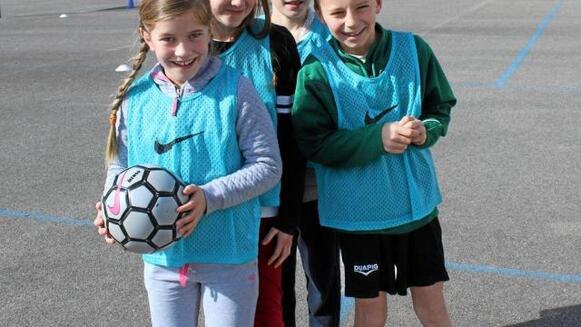 Les écoliers du CE1 au CM2 de Saint-Jean s'initient tous les lundis à la pratique du football.