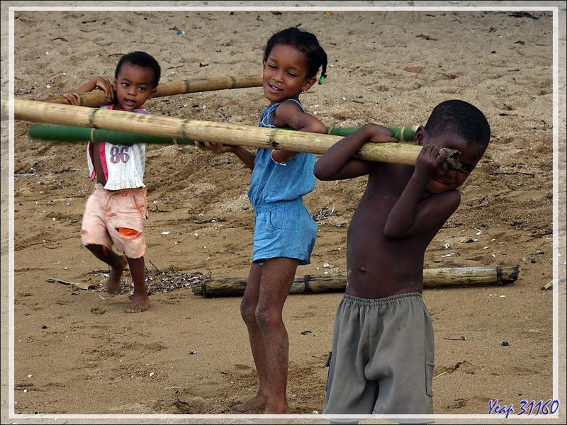 """Pendant ce temps, d'autres enfants jouent """"avec des riens"""" - Antanabe - Nosy Sakatia - Madagascar"""