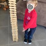 Il a construit une très grande tour de kaplas !