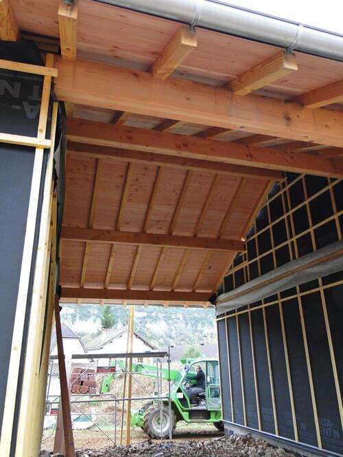 Passage couvert entre le gite de séjour et l'atelier