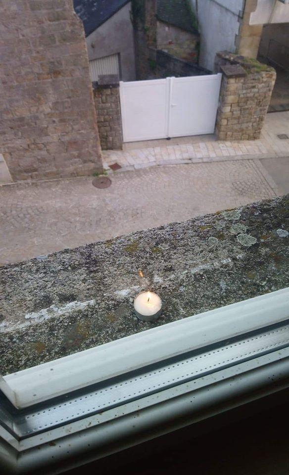 une bougie à la fenêtre