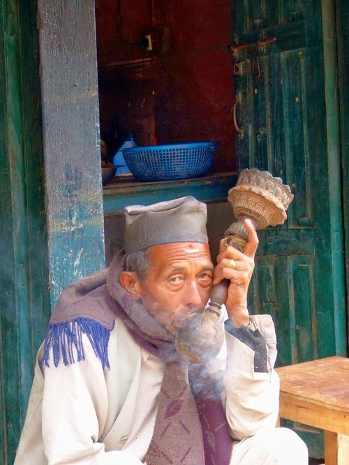 un fumeur de pipe local