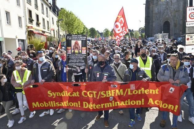 Près de 2000 personnes ont marché dans les pas des travailleurs de la Fonderie de Bretagne, samedi, dans les rues d'Hennebont.