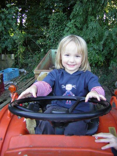 Blog de melimelodesptitsblanpain :Méli Mélo des p'tits Blanpain!, Sur un vieux tracteur ... une petite chipie!