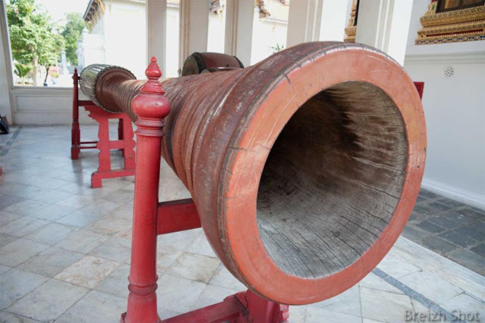 Wat Benchama Bophit - Les vitraux sont d'influence européenne : Un tambour géant
