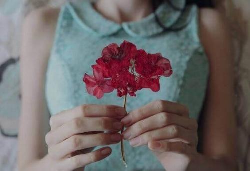 Femme-fleur-rouge