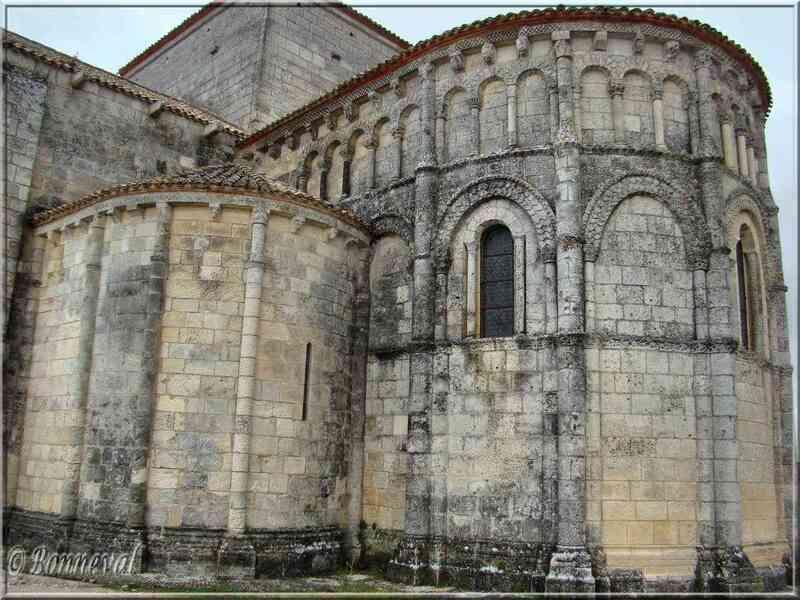 Talmont-sur-Gironde Charente-Maritime Eglise Sainte Radegonde vue latérale du chevet