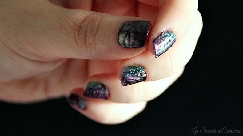 Nail art irisé : le marble avec l'Uber Mat vert et violet