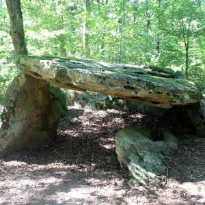 """Dolmen de Bué nommé """"La pierre couverte de Bué"""" - Hauteur de la chambre à l'entrée est de 1,50m"""