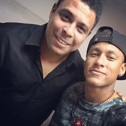 Photo de Neymar avec le légendaire Ronaldo
