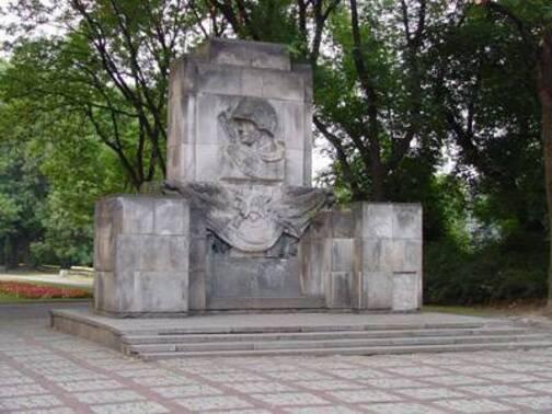 En Pologne, les monuments aux soldats morts pour libérer l'Europe du nazisme détruits ! (IC.fr-21/10/18)