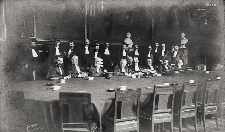 Le Doyen Charles Lyon-Caen lors d'une séance du Conseil de la Faculté de Droit de Paris.