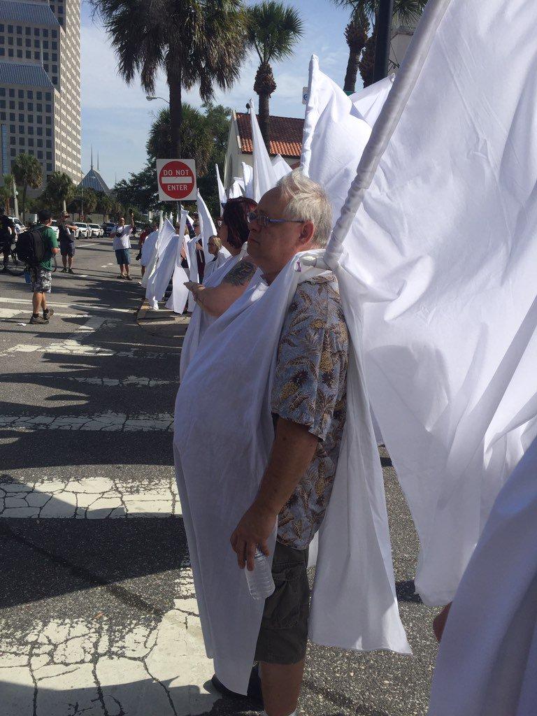 """Aux pancartes assurant que """"l'homosexualité est un péché"""" ou aux slogans affirmant qu'il n'est """"jamais OK d'être gay"""", les contre-manifestants, principalement membres de la compagnie de théâtre Shakespeare d'Orlando, ont opposé leur costume immaculé, relate BuzzFeed. Reuters rappelle que ces ailes sont apparues pour la première fois en 1998, lors des obsèques de Matthew Shepard, un jeune homme gay tué dans le Wyoming."""