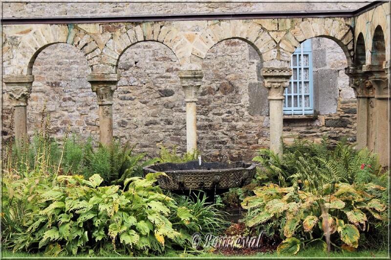 Abbaye de Daoulas Finistère jardin du cloître roman et la vasque claustrale
