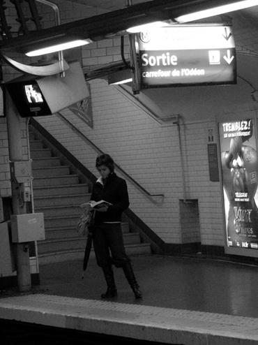 15 - Les femmes lisant dans le métro