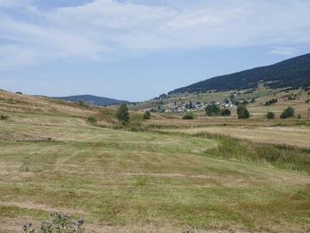 A travers prés, vue vers l'aval et le village de Réal