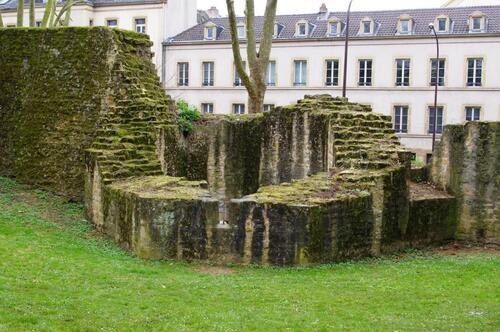 2. Vestiges de la tour des Potiers d'étain