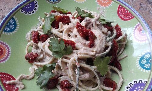 Spaghettis de Courgette sauce Cajou/Tomates séchées/coriandre (ou autre herbe^^) {Vegan}