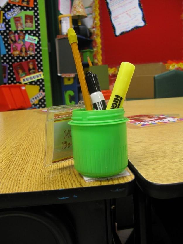 Une astuce d'organisation par jour : des pots à crayon et du velcro