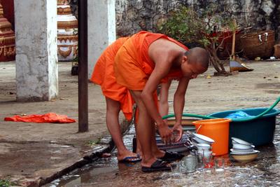 Blog de images-du-pays-des-ours :Images du Pays des Ours (et d'ailleurs ...), Corvée de vaisselle au Vat Manorom - Luang Prabang - Laos