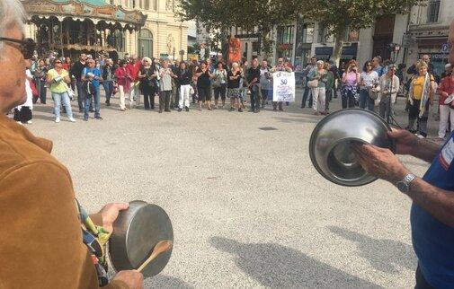 """Marseille : """" casserolade"""" de La France Insoumise devant le siège des chefs d'entreprise / © image Pierre Jean Perrin"""