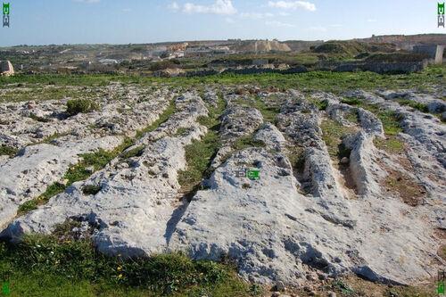 Des sillons dans la pierre