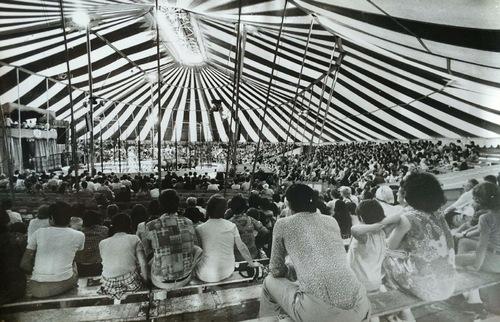 intérieur du cirque Jean Richard avec Daniel Suskow et ses lions en piste (archives Marc Oster)