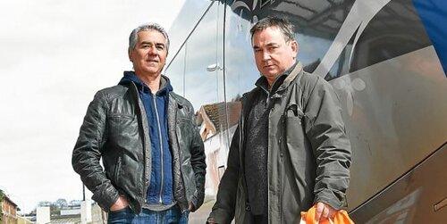 Jean-Yves Le Magoariec, délégué syndical CGT à la CFTA, et un conducteur (à gauche), Dominique Leroux.