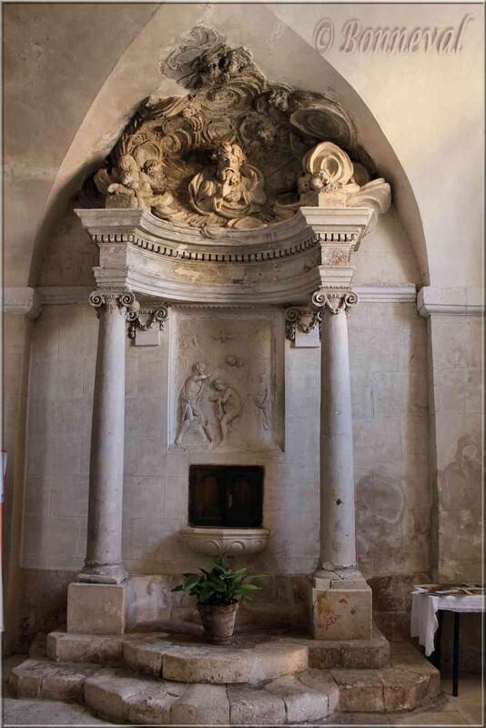 Roussillon Vaucluse Eglise Saint Michel fonds baptismaux