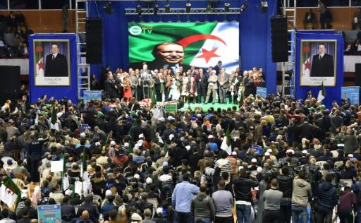 Des membres du FLN (Front de libération nationale) du président algérien Abdelaziz Bouteflika, lors d'un meeting pour les législatives, le 28 avril 2017 à Alger © RYAD KRAMDI AFP/Archives