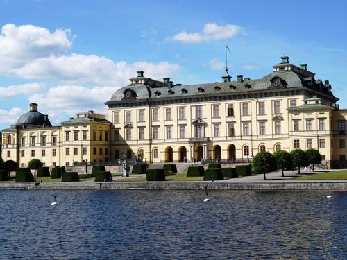 Arrivée en bâteau au château royal de Drottningholm en Suède (photos)