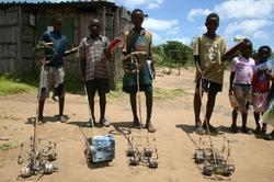 0T290 Les enfants africains bricoleurs