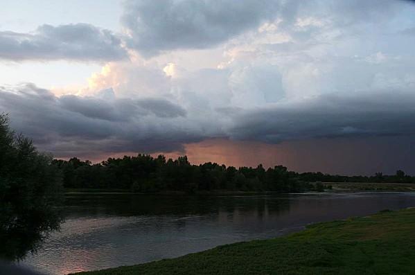 Ciel-d-orage-sur-la-Loire--Chaumont-28-08-12-P1300717.JPG