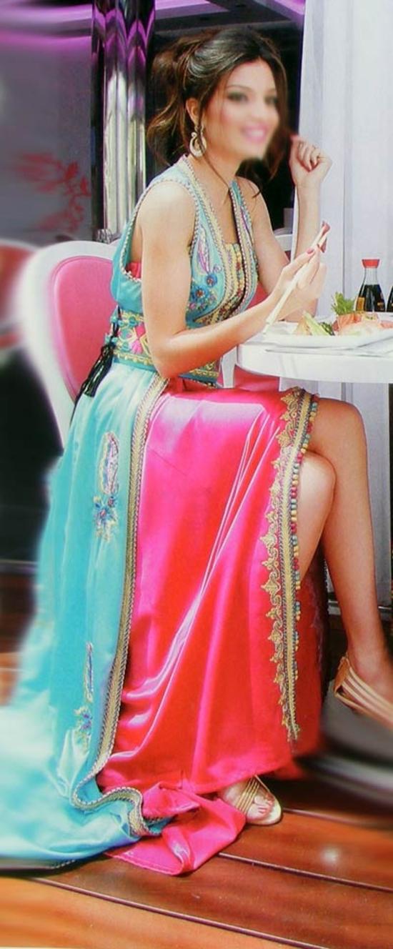 Takchita sans manches en coupe évasé de la haute couture marocaine, brodé en couleur et travaillé en fil d'or. TAK-S563B