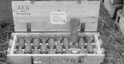 """La Grande Guerre expliquée en images. 1916 Petites bombes à ailettes appelées par les poilus """"pigeons"""""""