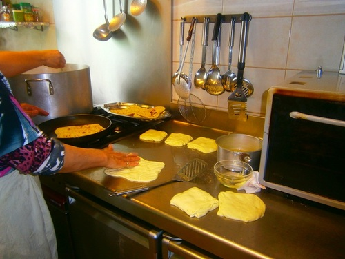 préparation de crêpes marocaines