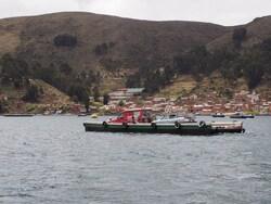 Zora le Land Cruiser rouge des Suisses sur sa barge
