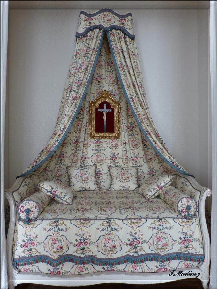 """Un lit à la polonaise. Il est dit """"à la polonaise"""" car il n'apparait que sous le règne de Marie Leszczynska, princesse polonaise et épouse de Louis XV."""