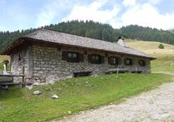 Une belle maison de pierre dans le hameau